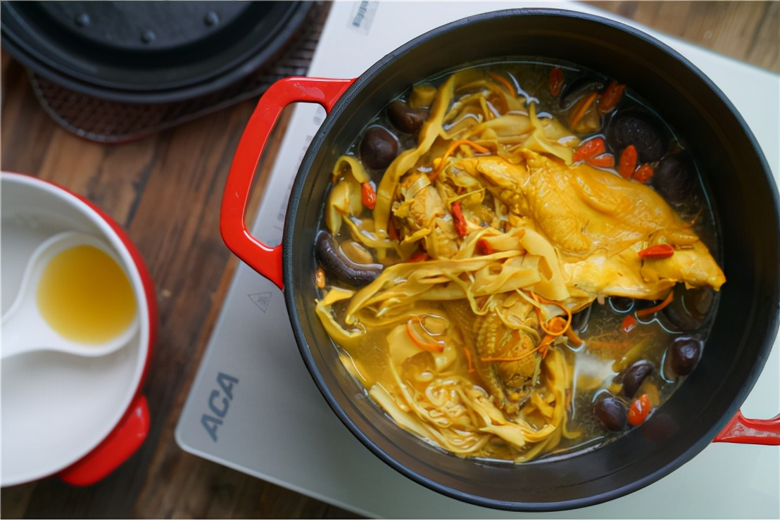 鸡汤很受欢迎,暖胃又滋补,搭配虫草营养翻倍