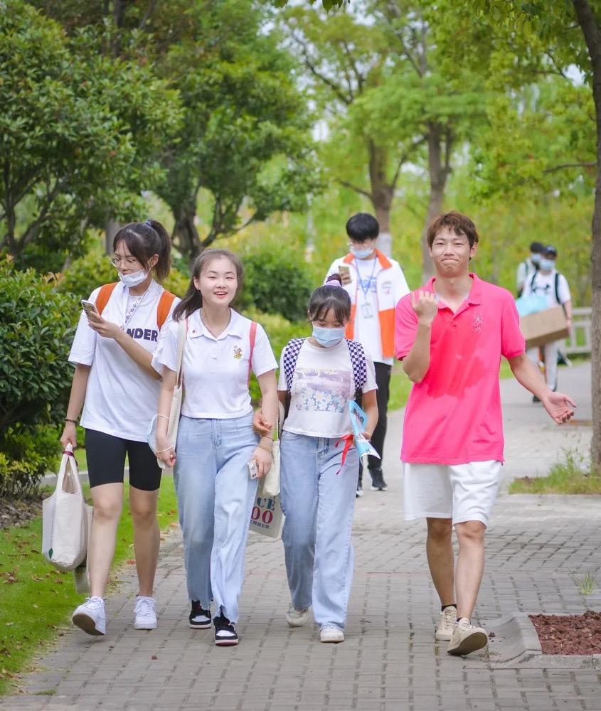 上海一高校开学包裹多到把路堵死,新生购买力太强