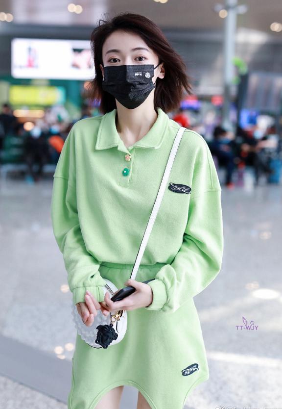 吳謹言走機場瘦出了新高度!穿綠色衛衣裙套裝搭短髮清新活力