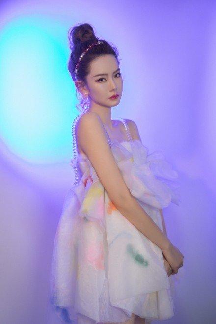 名门泽佳:戚薇最新造型个性甜美!一身雾莲白抹胸裙效果仙气十足