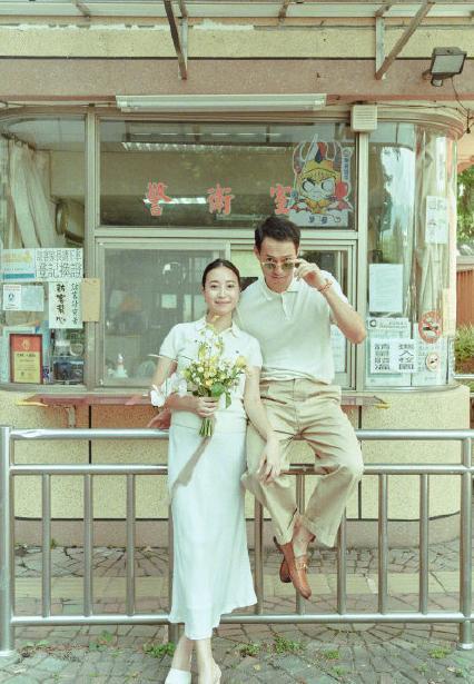 恭喜!杨�v宁晒照宣布结婚喜讯,与妻子合影戴婚戒超幸福