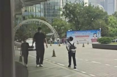 姚明带女儿逛街被偶遇!11岁女儿一米7身高太突出,穿T恤有超模范