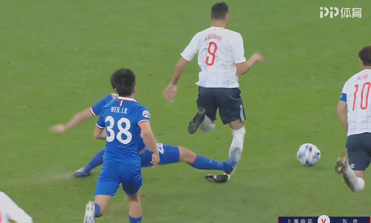 踹腿+踩人!亚冠赛场出现两大争议犯规,中超球员被批:太不应该