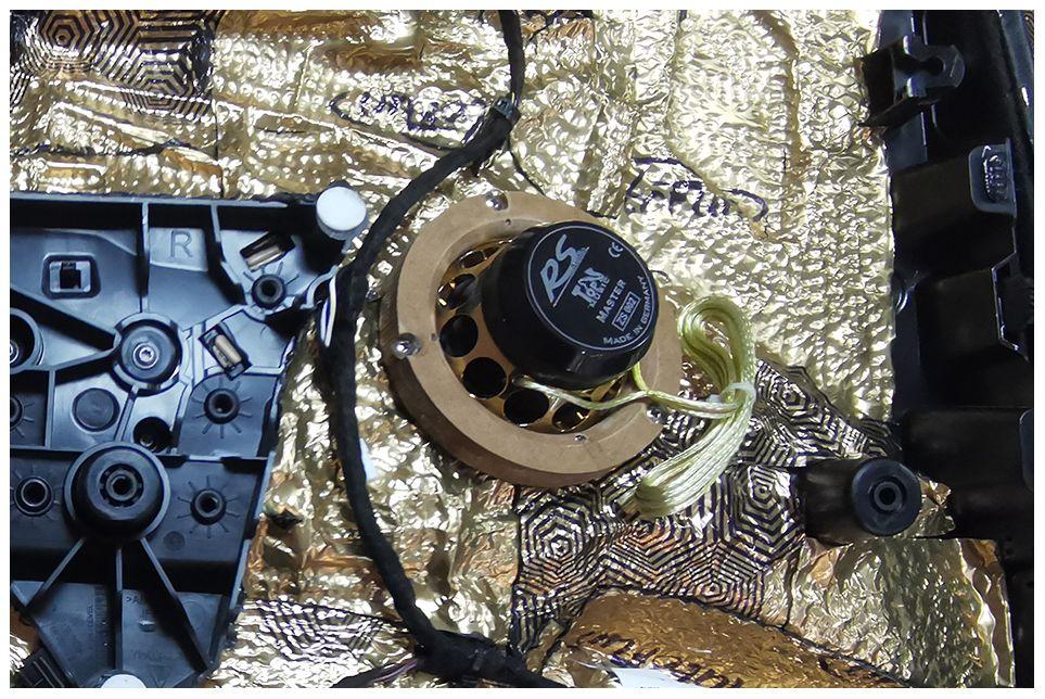 原位换装三分频加纯碳纤超低音 保时捷卡宴精致改装出靓声