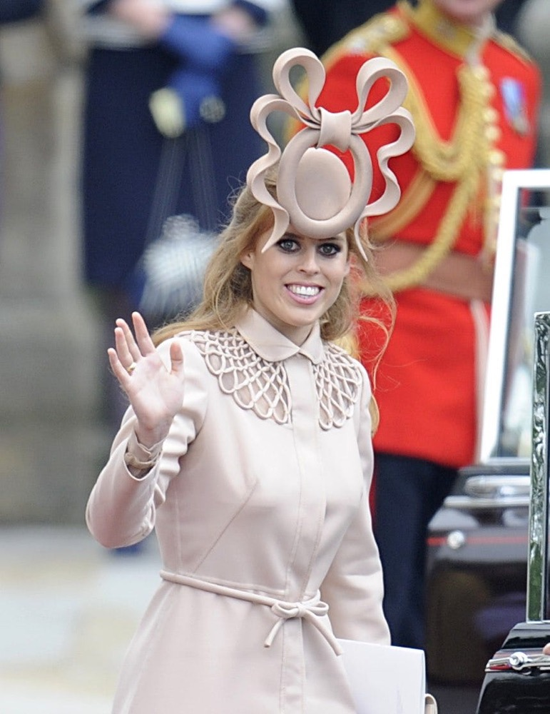英王室帽子大赏:女王的典雅,戴妃的惹人怜爱,这两姐妹的太奇葩