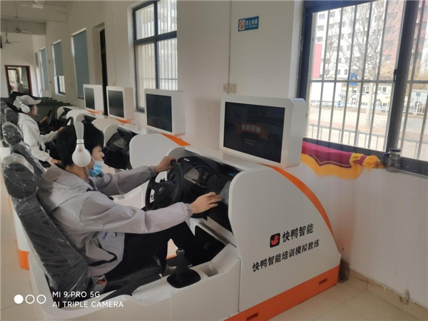 青岛学车的福音来啦----鲁科驾校全新机器人教练正式上岗