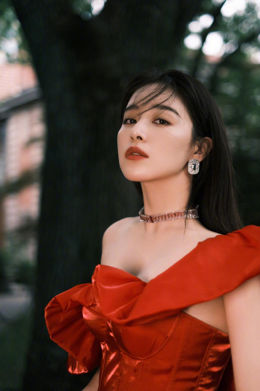 阚清子初秋时尚写真,美女配红裙,氛围感满满