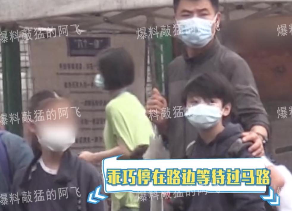 張柏芝兩個兒子轉學到上海,由保鏢接送放學,兄弟倆高冷帥氣