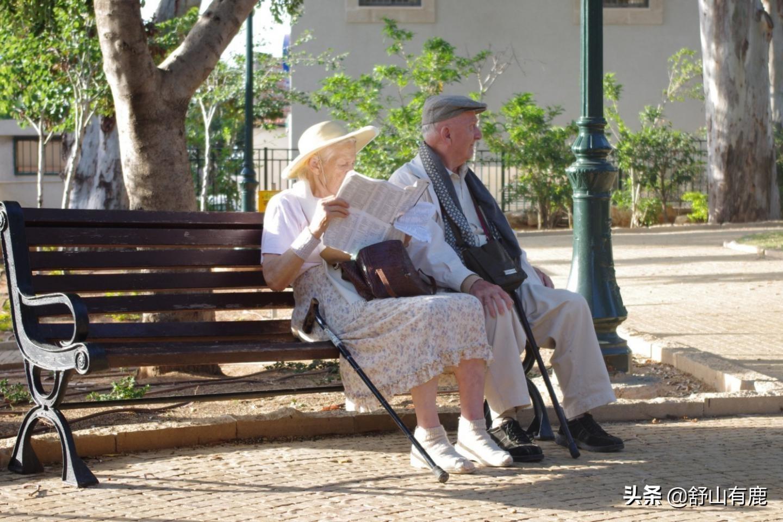 """當人退休之後,該不該""""外出工作""""來幫補家庭?兩位老人道出真相"""