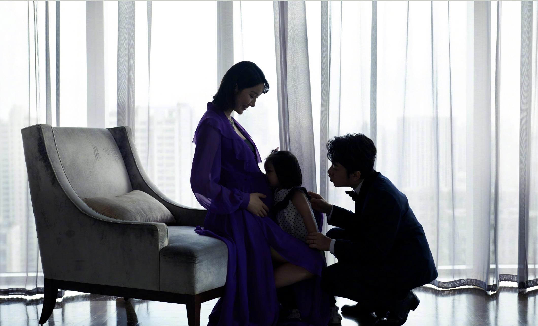 王祖藍曬全家福,女兒親吻媽媽孕肚,夫妻倆拍孕期寫真溫馨有愛