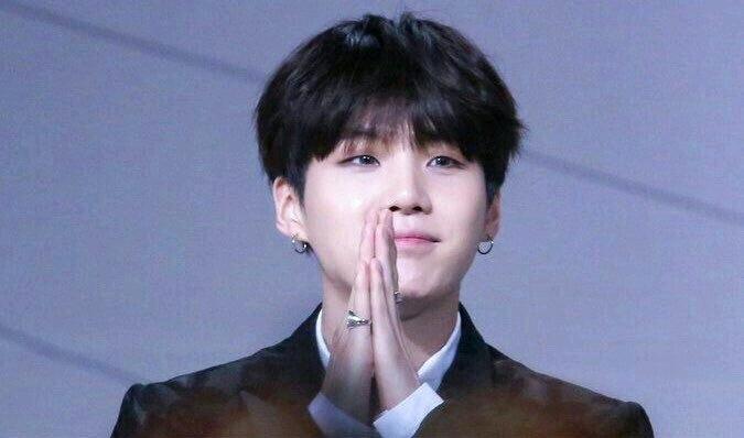 在韩国大环境下好敢好勇的BTS闵玧其戒指,支持女性和虐待受害者