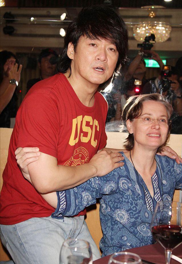 周華健罕見和美國妻子同框,61歲妻子頭髮花白,夫妻同框似母子