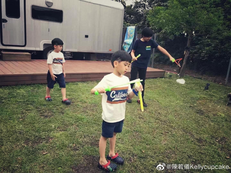 林志穎老婆帶仨兒子露營,kimi長高帥氣,貼心帶雙胞胎弟弟玩