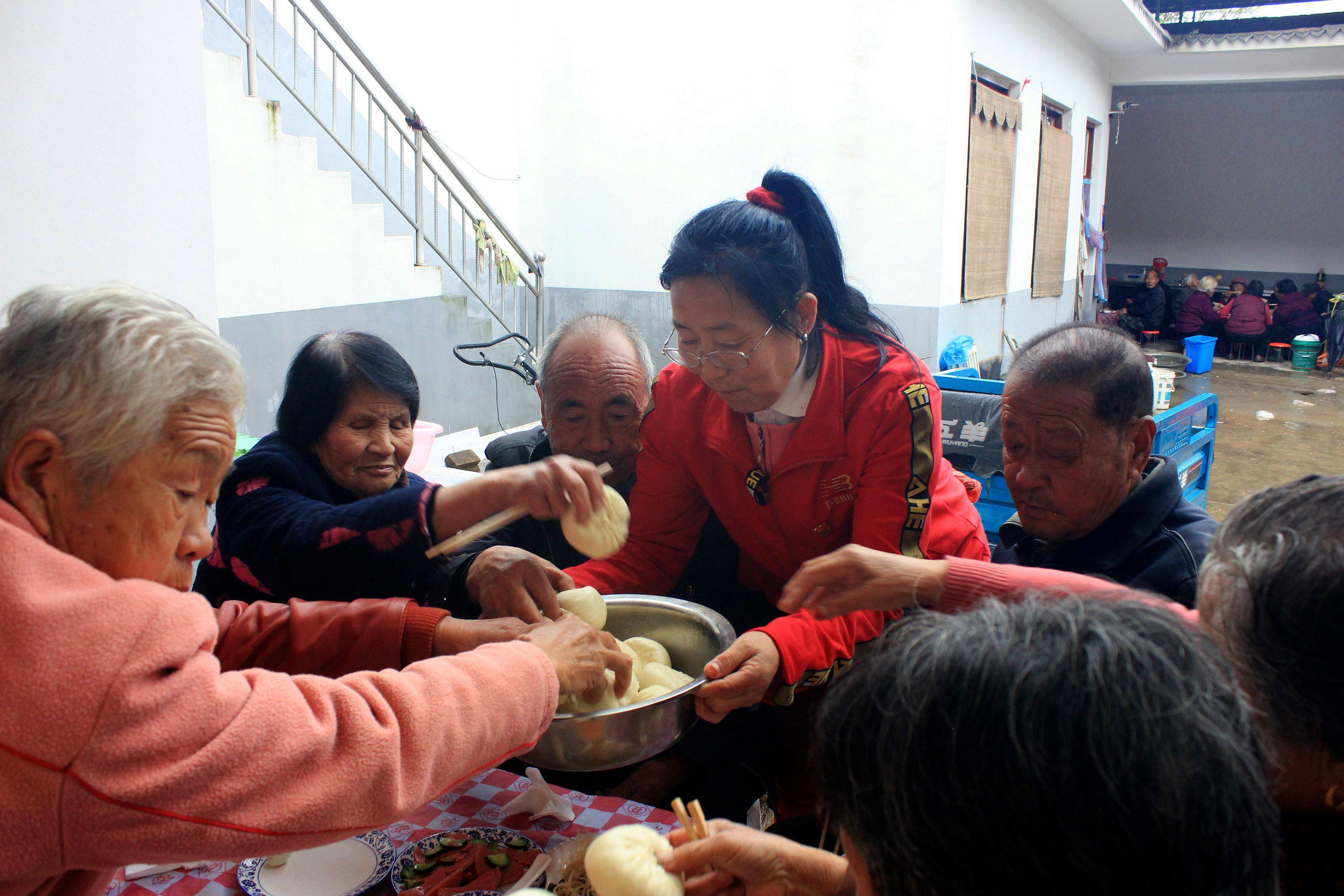 万荣女党员杜玉廷,连续六年自掏腰包为村里老人过重阳节