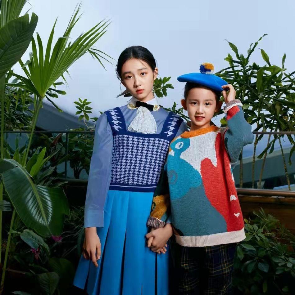 """黄多多与孙莉同穿运动风服饰,气质不输妈妈,""""多妹""""也是很可爱"""
