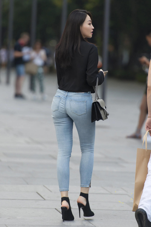 黑色上衣 浅色牛仔裤穿搭的小姐姐