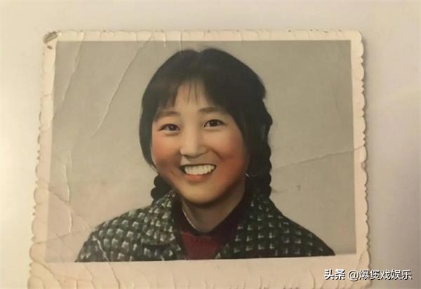 贾玲妈妈年轻时的照片被曝出,长得太美了,母女二人酒窝神似