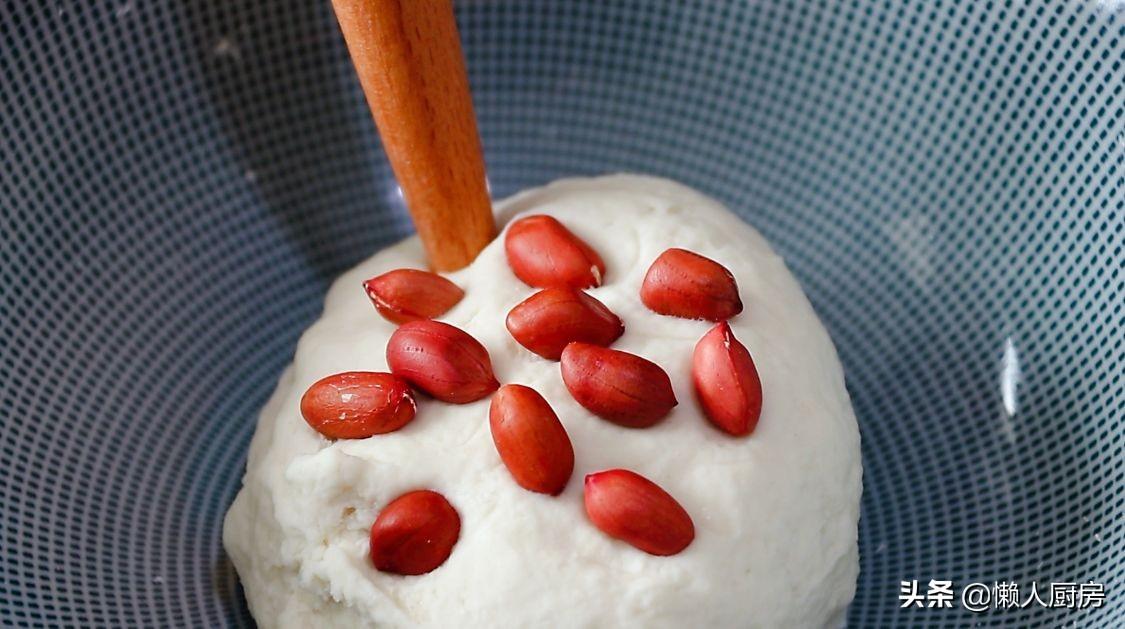 把花生米放入麵團裡,牢記這2點,花生又香又脆