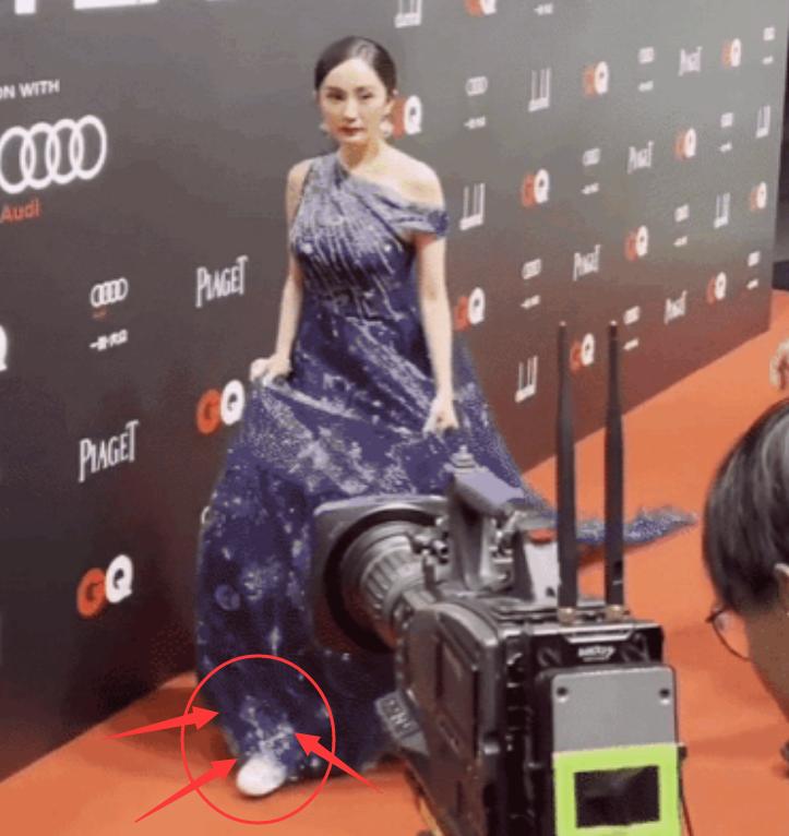 """杨幂红毯""""不走寻常路""""!礼服里穿平底鞋,但身材比例认真的?"""