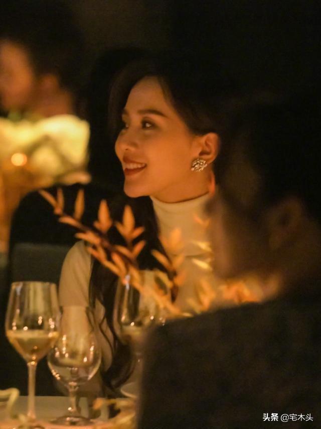 刘诗诗晚宴生图:气质优雅端庄,就像是小说里的豪门千金
