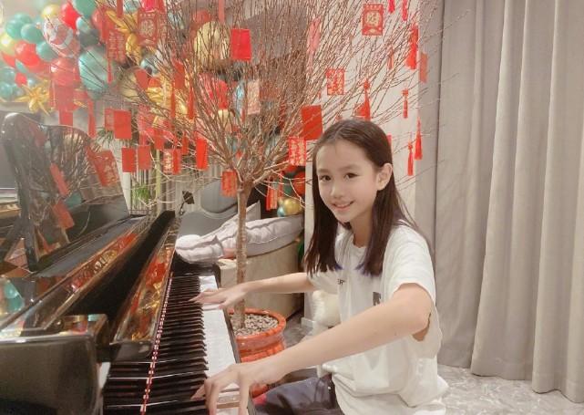 钟丽缇晒小女儿丰富多彩的假期生活,认真学习的考拉又美又淑女