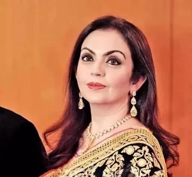 印度首富54岁妻子:嫁女儿花7亿,披翡翠戴祖母绿鼻环,排场十足