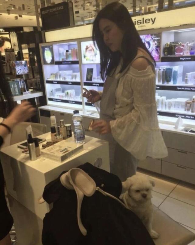 54岁王祖贤温哥华被偶遇,独自一人遛狗,本人被赞肤白温柔似少女