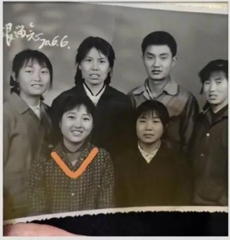 贾玲妈妈李焕英年轻时的照片惊艳网友:不输张小斐!