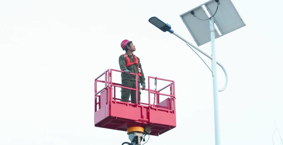 """这才叫""""搬家""""!小伙发明高空云梯车,一键智能操作,搬家更省力"""