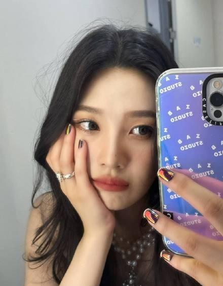 韩媒报道,Red Velvet成员JOY与歌手Crush恋爱中
