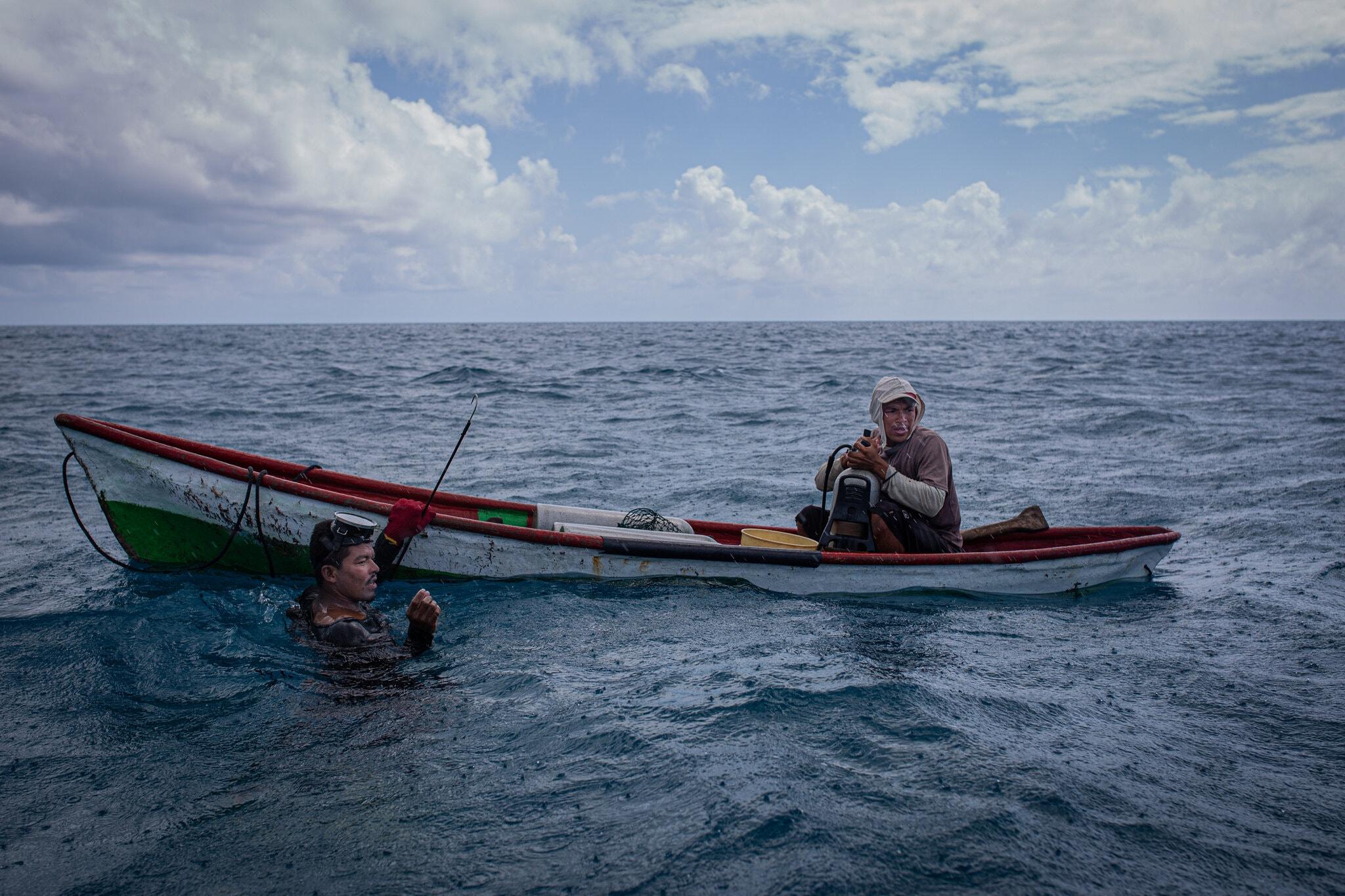 致命下潜!捞个龙虾,有的死有的瘫,加勒比渔民为何这么难?