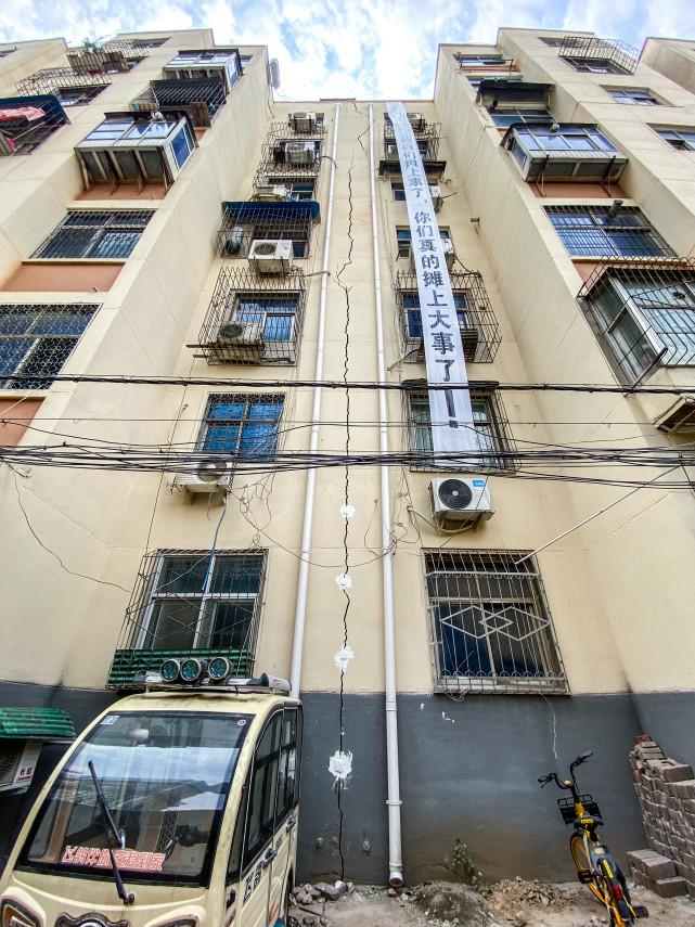 郑州一小区居民楼出现裂缝后续:裂缝变大可插入手指,区房管局已进驻小区进行检测
