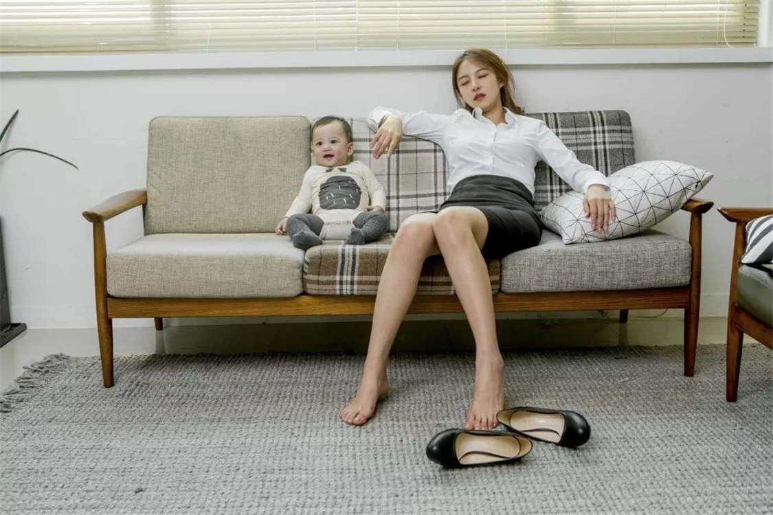 小宝宝独自看电视,宝妈却在一旁呼呼大睡,网友:这当妈的心真大