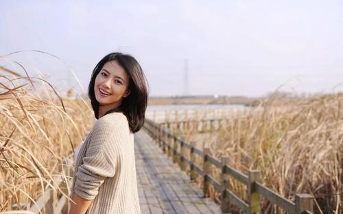 高圆圆上海活动生图曝光,穿露肩白裙大秀身材,细看颜值颇显老态