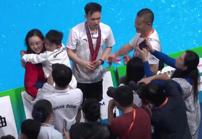 """全红婵""""大闹""""颁奖典礼!连抱3奥运冠军,现场观众喊到撕心裂肺"""