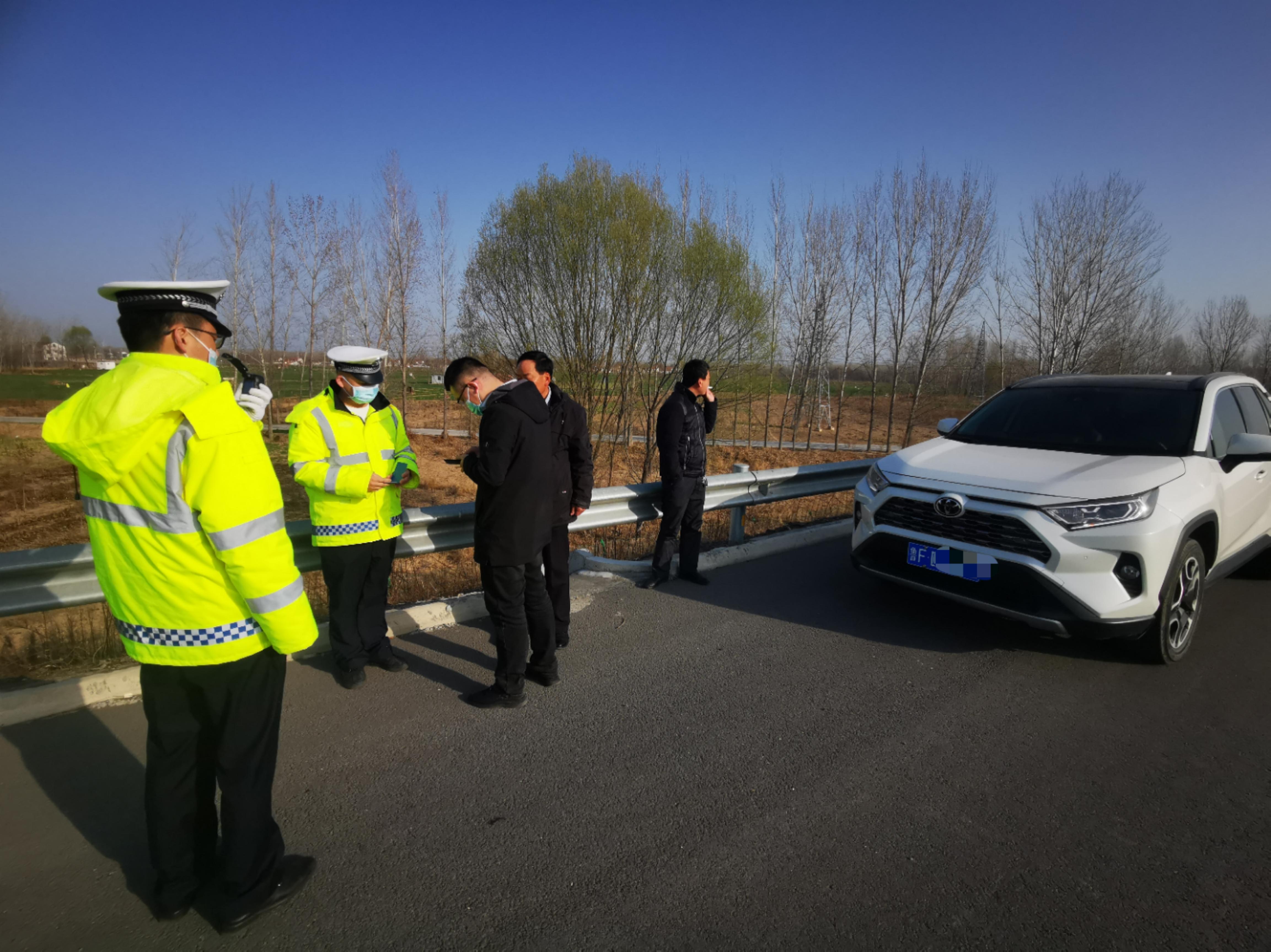 高速应急车道换司机!被交警抓个正着,司机被依法处罚