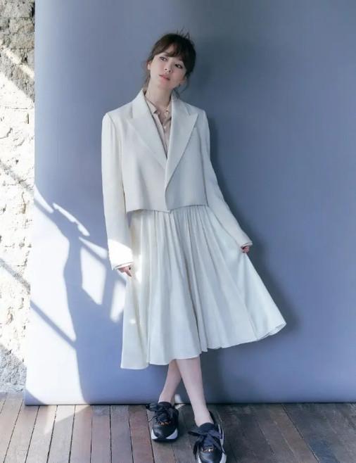 39岁宋慧乔状态好 搭配白色百褶裙瞬间减龄 腮红好嫩
