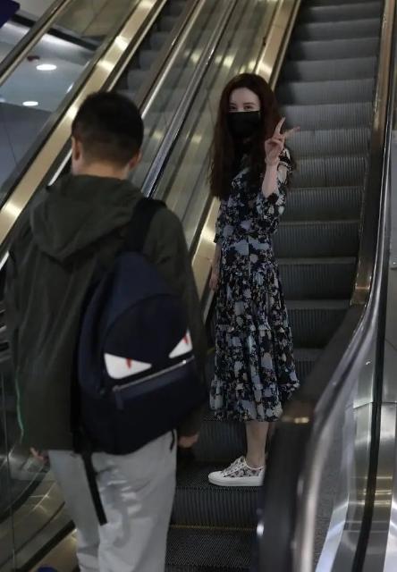 张萌罕见携老公走机场,穿碎花长裙状态轻松,吕超身后随行够低调