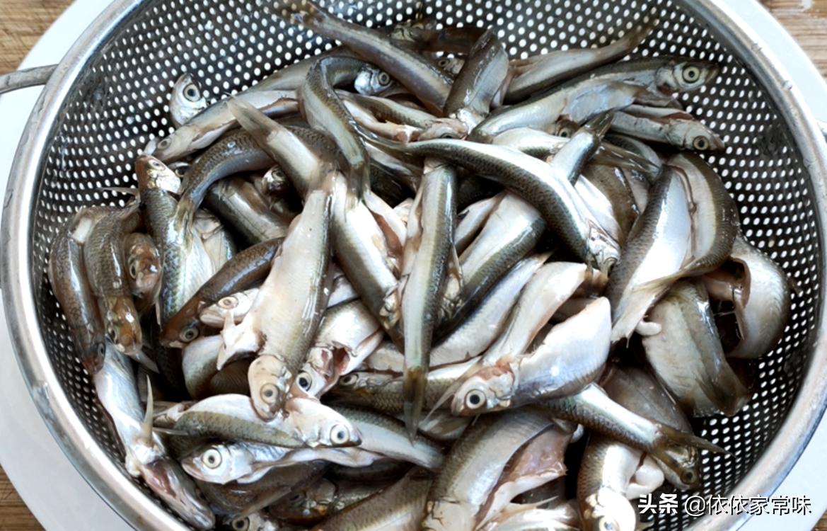 油炸小鱼时,用面粉还是用淀粉? 美食做法 第7张