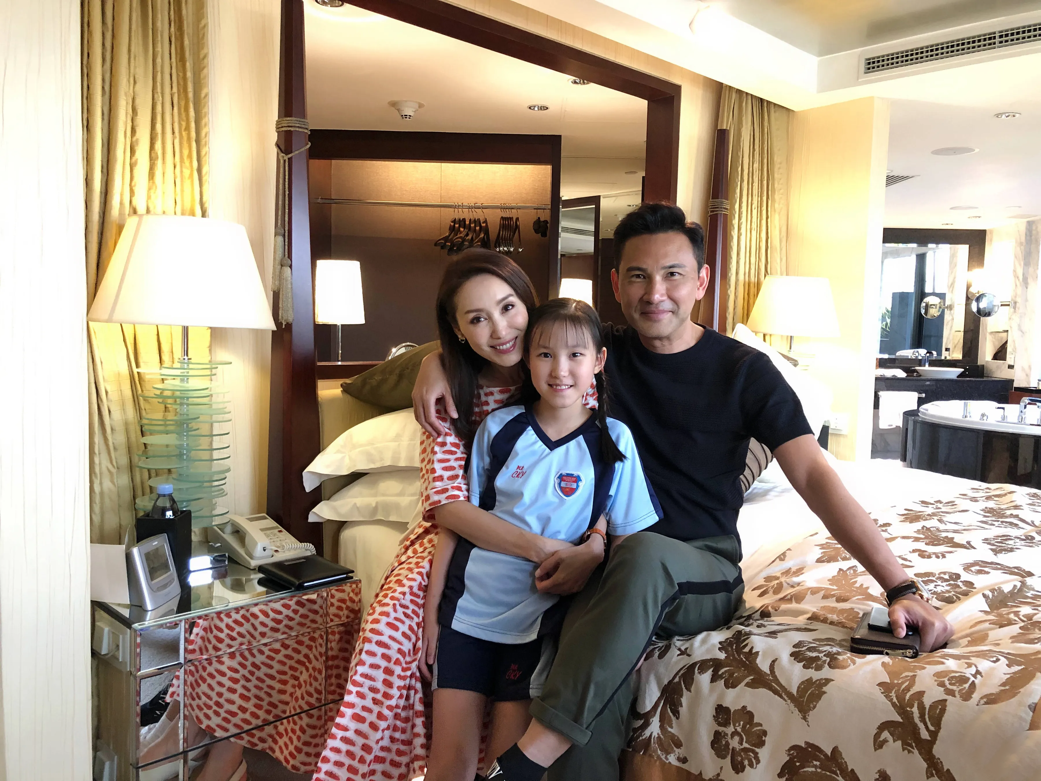郭可盈50歲生日,和老公甜蜜同框秀恩愛,10歲女兒和爸爸很像