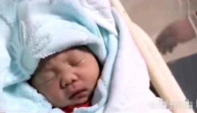宝宝生下来,第一口是应该喝水还是喝奶?很多新手父母都搞错了