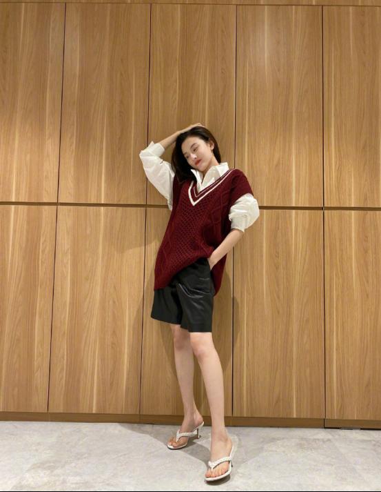 宋祖儿初秋系列依然少女,枣红色针织马甲配皮裤,甜中带酷很时髦