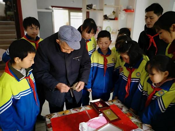 重庆南川区石墙中心校拜访慰问志愿军老战士传承红色基因