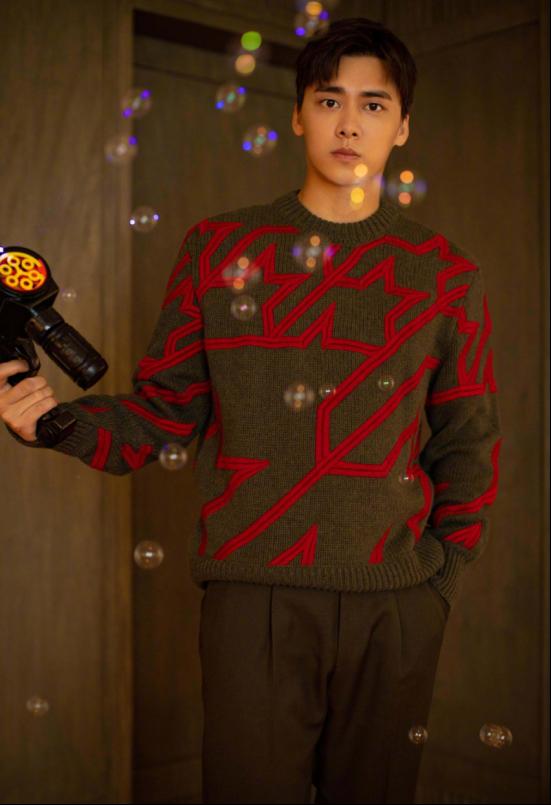 李易峰素颜照曝光,生图和精修没差别,穿印花毛衣哪里像三十