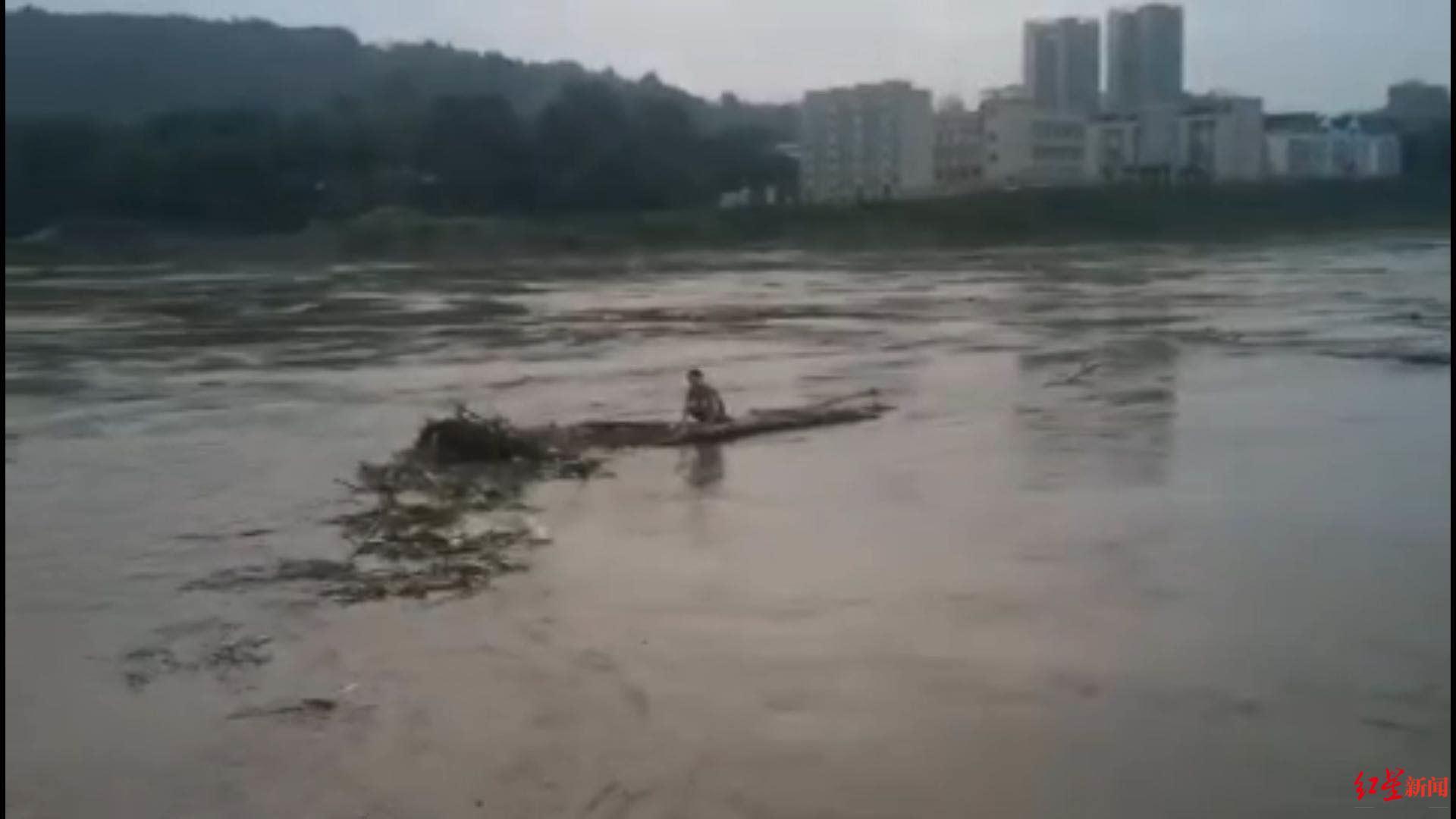 """Cô gái nhảy sông tự tử được cứu sống trôi dạt 81 km: Tỉnh táo """"không muốn chết"""", không biết bơi, phải dựa vào tre đỡ, nhiều lần gặp nước xoáy và rắn"""