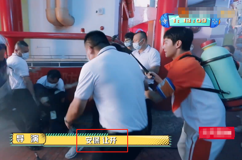 吴奇隆被保安当坏人摁地引热议,本人出面回应事件:我玩得很开心