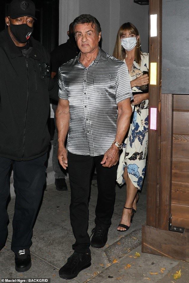 74岁史泰龙约会,胸肌壮硕撑裂衬衫,52岁超模爱妻穿裹身裙很挺拔