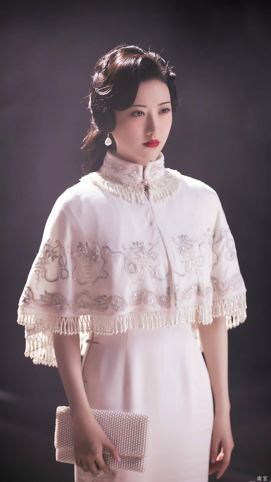"""看完《司藤》的服装要是还不认识""""改良旗袍"""",那就是你的不对了"""