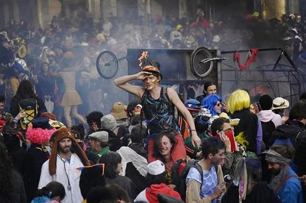 法国人迎来新一轮疫情,大量民众上街抗议封锁,摘掉口罩喊叫接吻