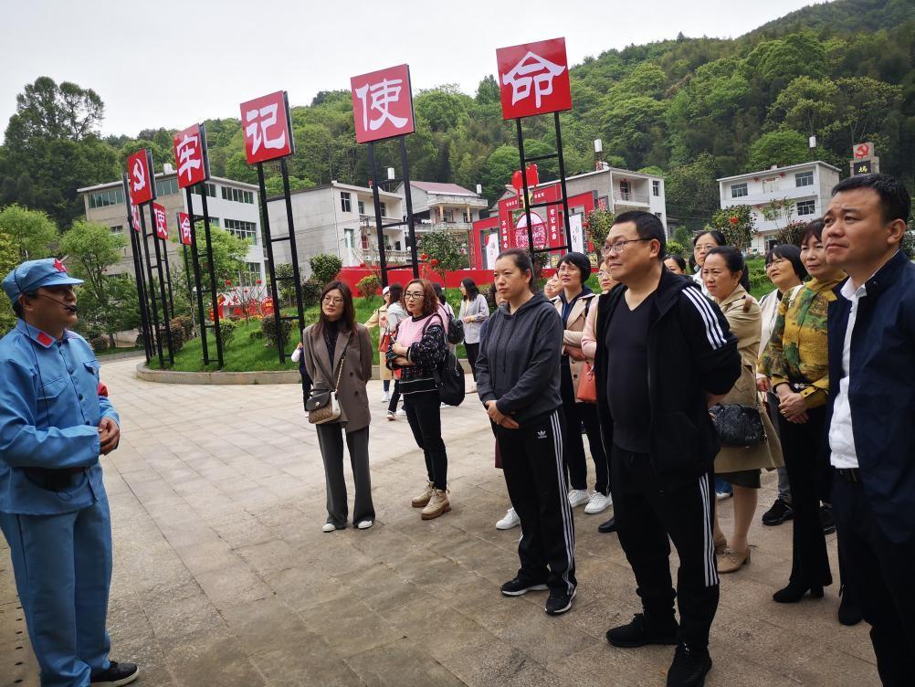 江西省万年中学:踏访红色足迹 展现巾帼风采